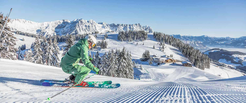 familien-ferienwohnung-brixental-skifahrerin-vor-der-hohen-salve-skiwelt-wilder-kaiser-brixental